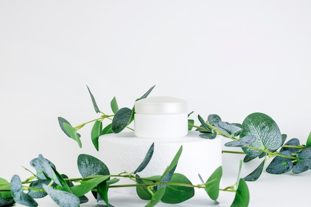 Frasco cosmético branco com recipiente vazio
