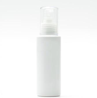 Frasco cosmético com bomba isolada no fundo branco, etiqueta em branco, basta adicionar seu próprio texto