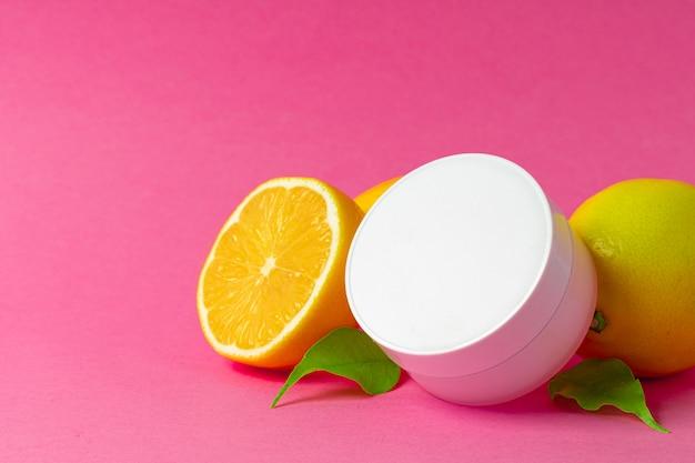 Frasco cosmético com frutas cítricas em fatias