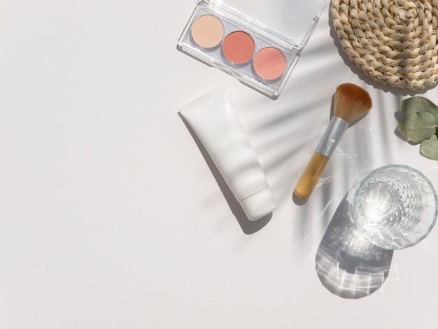 Frasco cosmético em frasco branco com sombras de folhas de palmeira na moda