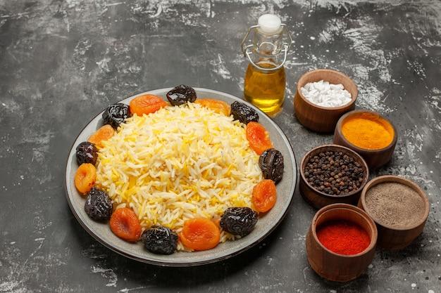 Frasco de arroz de vista de close-up lateral de prato de óleo de arroz com arroz de especiarias de frutas secas