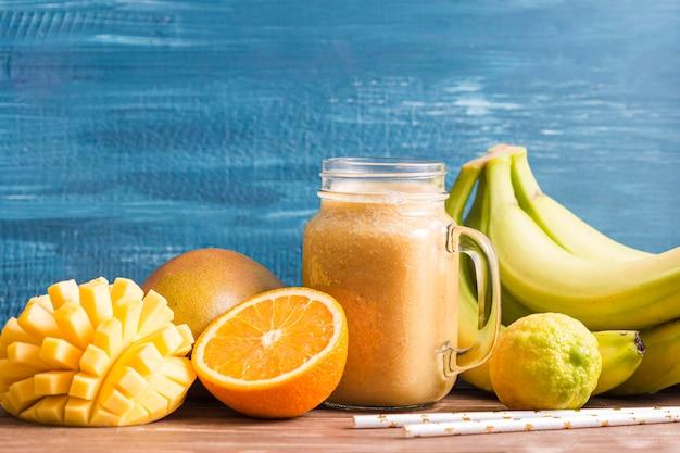 Frasco de batido de vista frontal com frutas
