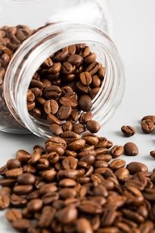 Frasco de close-up com grãos de café orgânicos