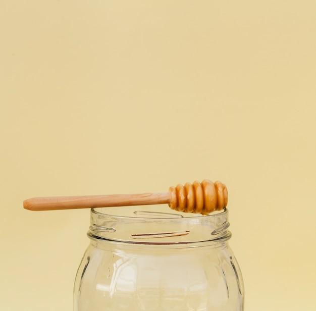 Frasco de close-up com pau de mel no topo