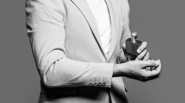 Frasco de colônia da moda. homem em um terno. frasco de perfume ou colônia