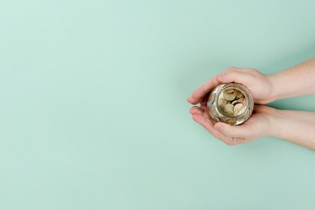 Frasco de cópia-espaço com moedas
