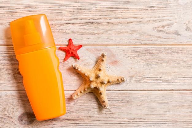 Frasco de creme de proteção solar e conchas
