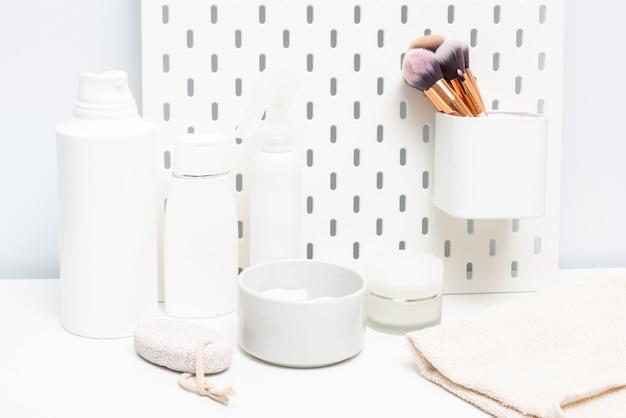 Frasco de creme e shampoo na mesa do banheiro