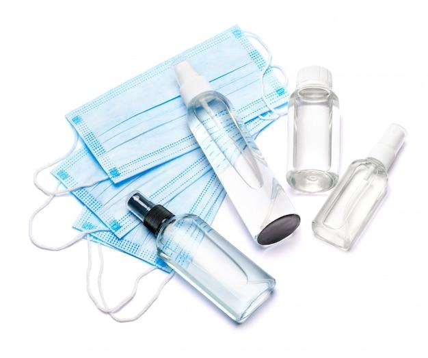 Frasco de creme, loção, desinfetante ou sabonete líquido e máscara protetora na mesa branca
