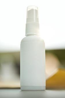 Frasco de desinfetante prático e tamanho de viagem na mesa