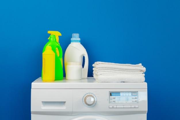 Frasco de detergente com máquina de lavar, dentro de casa. fechar-se.