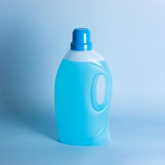 Frasco de detergente em fundo azul