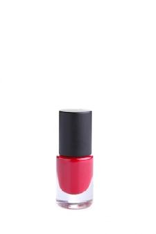 Frasco de esmalte vermelho isolado no branco