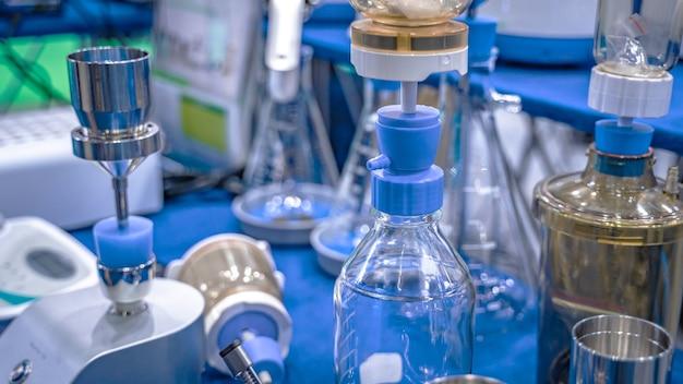 Frasco de filtração de vidro em laboratório