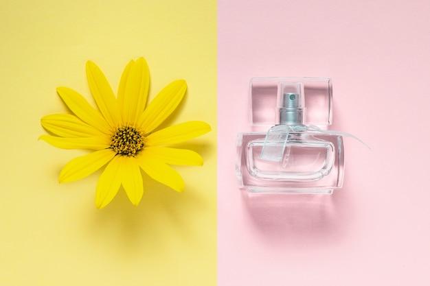 Frasco de flores e fragrâncias em rosa amarelo