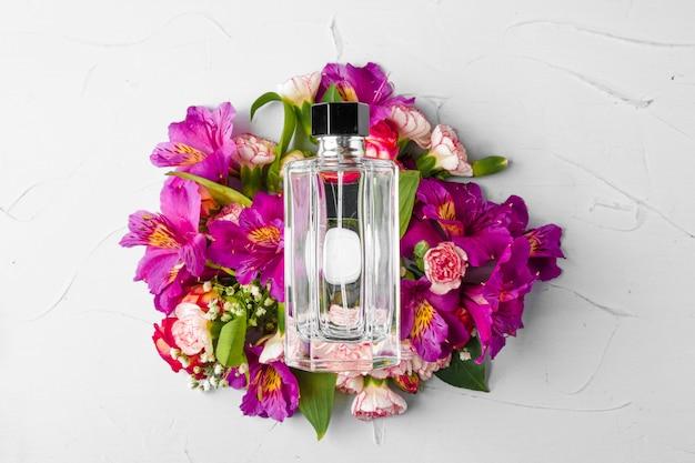 Frasco de fragrância em um ramo de flores frescas