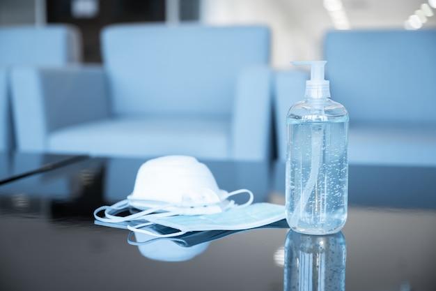 Frasco de gel desinfetante e máscara médica