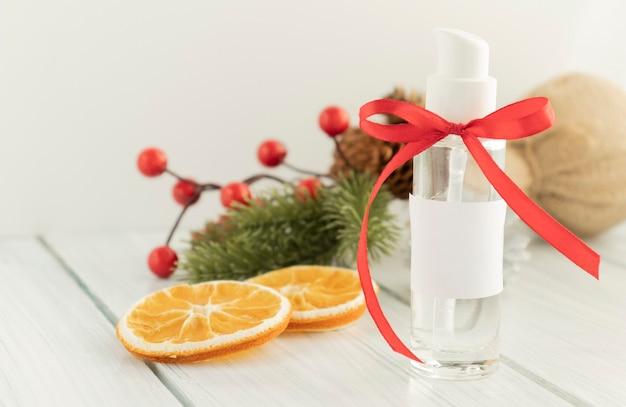 Frasco de gel desinfetante para as mãos com decoração de natal e fita de presente