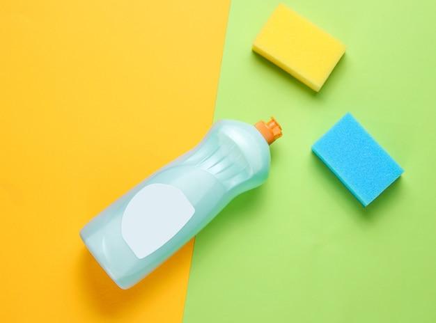 Frasco de gel detergente para pratos, esponjas em papel colorido