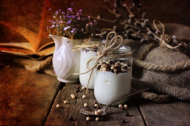 Frasco de iogurte caseiro rústico de foto com efeito retrô