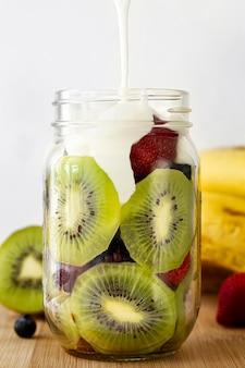 Frasco de iogurte delicioso com kiwi
