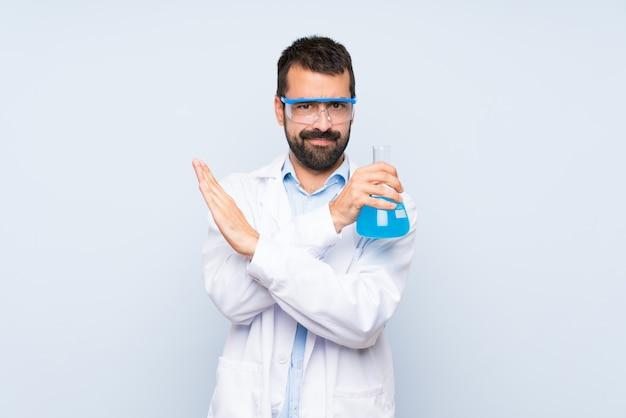 Frasco de laboratório científico jovem segurando isolado não fazendo nenhum gesto