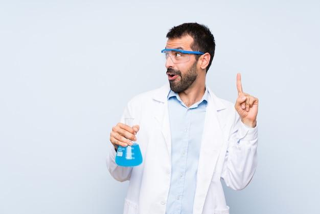 Frasco de laboratório de exploração científica jovem sobre a intenção de realizar a solução enquanto levanta um dedo