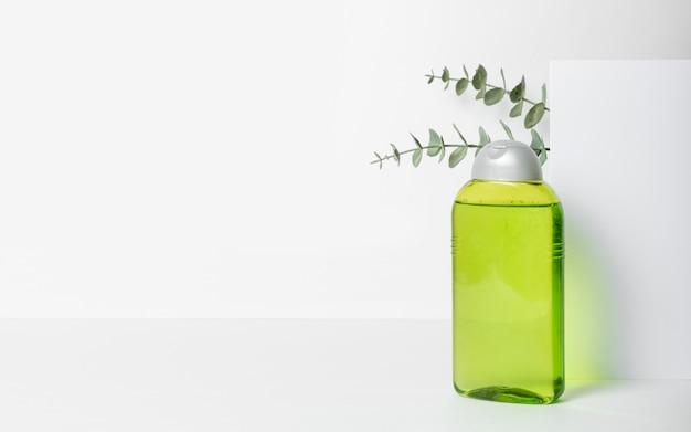 Frasco de limpador facial. loção ou água micelar para limpeza facial. produto cosmético líquido em embalagem verde. conceito de cosméticos naturais