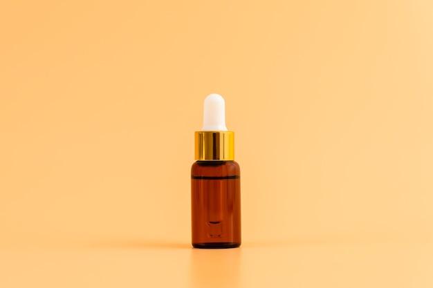 Frasco de medicamento colocado, pacote de rótulo em branco para maquete no fundo laranja. o conceito de produtos de beleza naturais.