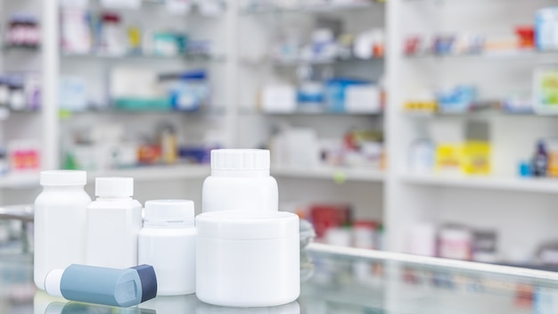 Frasco de medicamento e caixa de medicamento na loja de farmácia