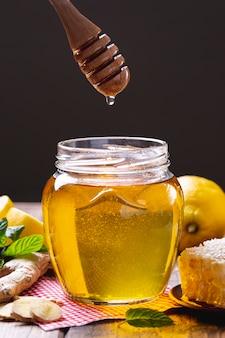 Frasco de mel com vista frontal com dipper