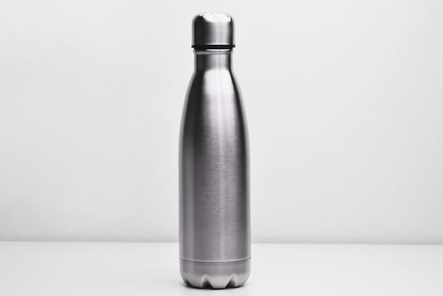 Frasco de metal para preservação de um líquido quente ou frio em um fundo branco