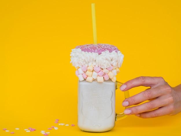 Frasco de milk shake com fundo amarelo