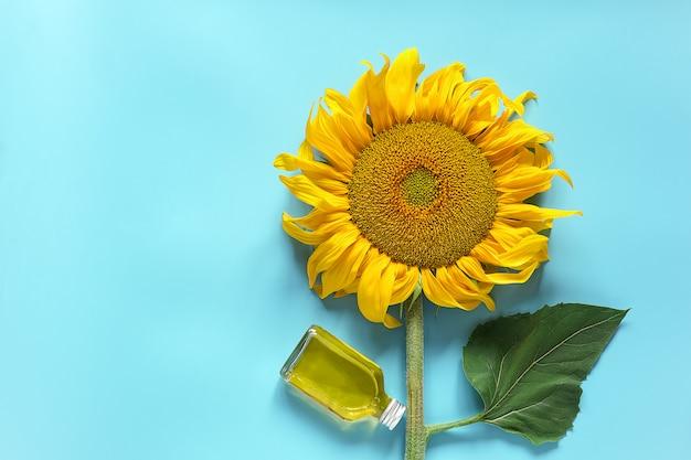 Frasco de óleo de girassol natural e girassol amarelo fresco