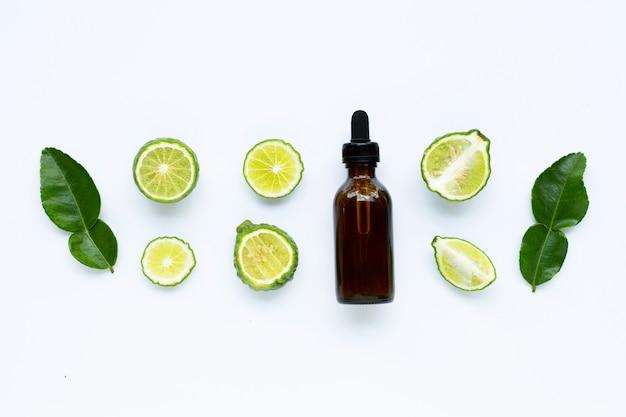 Frasco de óleo essencial com limão fresco kaffir ou bergamota
