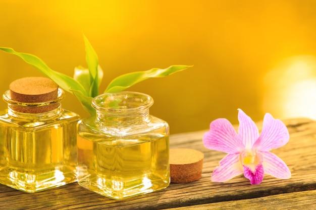 Frasco de óleo essencial de aroma ou spa na mesa de madeira