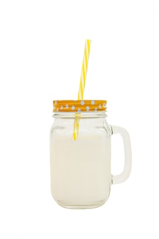 Frasco de pedreiro com o leite isolado no fundo branco. vista lateral. vertical.