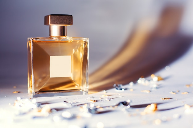 Frasco de perfume amarelo elegante