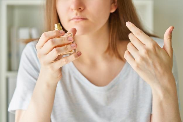 Frasco de perfume com cheiro de mulher doente tem um dos possíveis sintomas de infecção por vírus corona