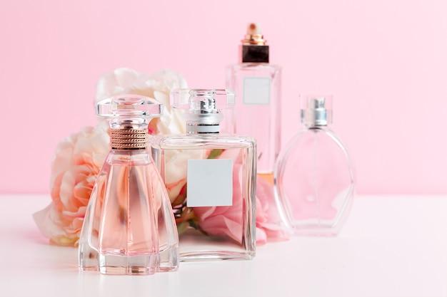 Frasco de perfume com flores