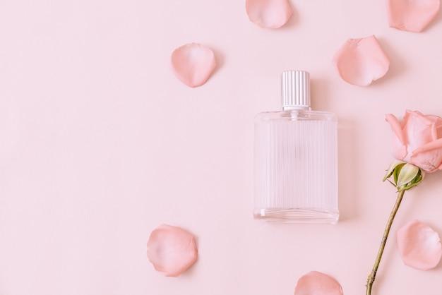 Frasco de perfume com pétala de rosa