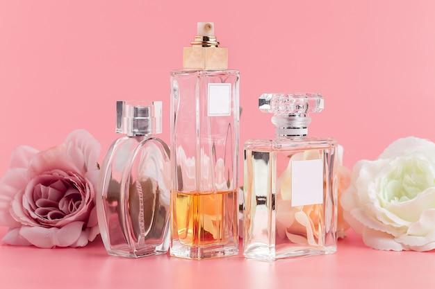 Frasco de perfume com rosas