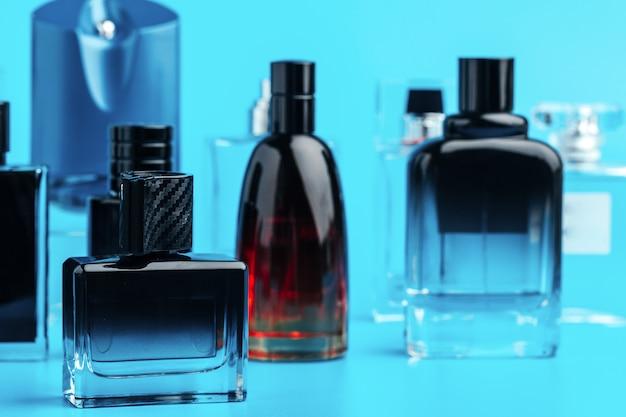 Frasco de perfume de homem em azul close-up