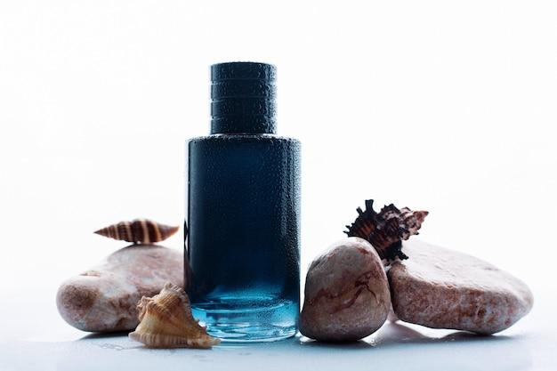 Frasco de perfume de vidro e conchas do mar