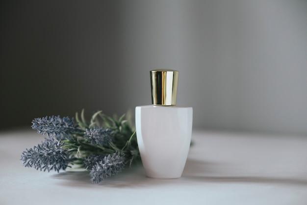 Frasco de perfume e lavanda
