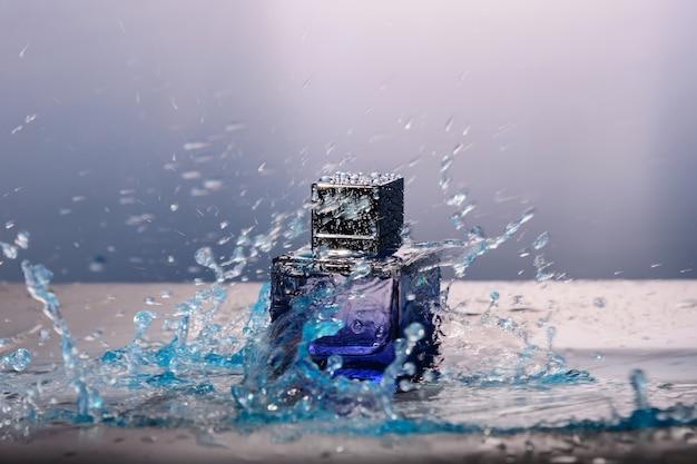 Frasco de perfume e respingos de água ao redor