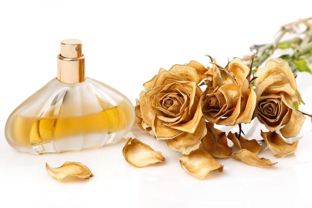 Frasco de perfume e rosa seco flor