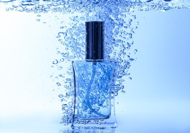 Frasco de perfume em água limpa