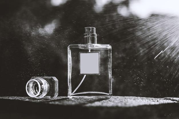 Frasco de perfume em branco e preto