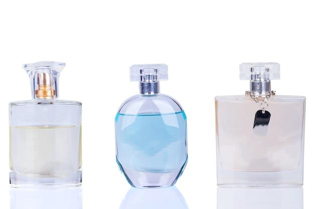 Frasco de perfume em um fundo branco.